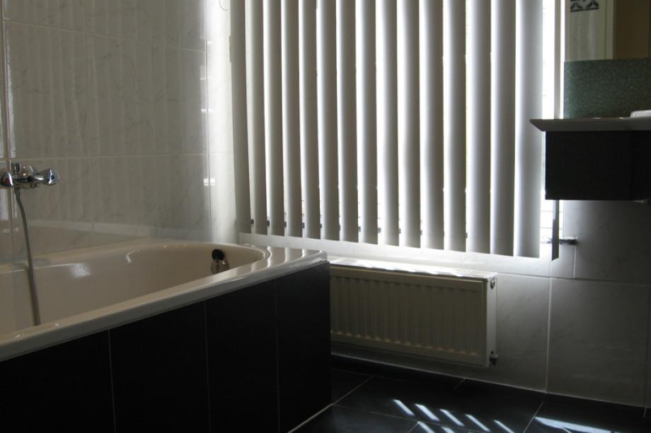 Appartement te huur bredestraat 9 01 maastricht voor - Badkamer met parketvloer ...